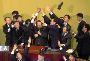 2004年3月12日、韓国の盧武鉉大統領(当時)に対する弾劾(だんがい)案が国会で可決された。与野党議員がもみあった=東亜日報提供