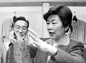 消費税導入後の影響を視察しに商店街を訪れた土井たか子・社会党委員長=1989年4月、東京都板橋区