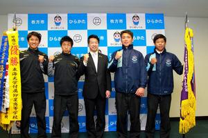 大阪)東海大仰星高ラグビー・サッカー部が枚方市長訪問