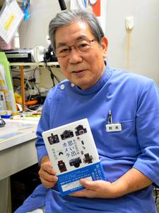思い出満載のカメラの本を出版した松井弘治さん=宗像市田熊2丁目