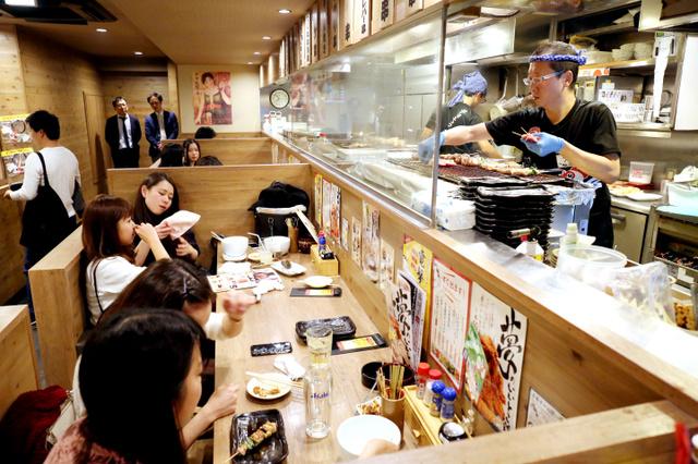 平日夜の「やきとりセンター新宿歌舞伎町店」は、焼き鳥を食べながら会話を楽しむ若者でにぎわっていた=東京都新宿区