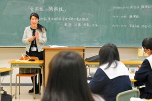 徳島)食べる藍の魅力語る 小松島高生に四大教授が講演