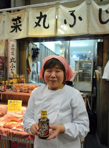 ぬか炊きソースを手にする後藤慶子さん=北九州市小倉北区魚町4丁目の丸ふじ旦過市場店