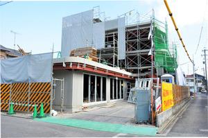 住宅街で建設が進む保育所=名古屋市