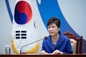 ソウルの大統領府(青瓦台)で9日午後、国会の弾劾議決を受け、閣僚たちとの懇談会に臨んだ朴槿恵大統領=韓国大統領府提供