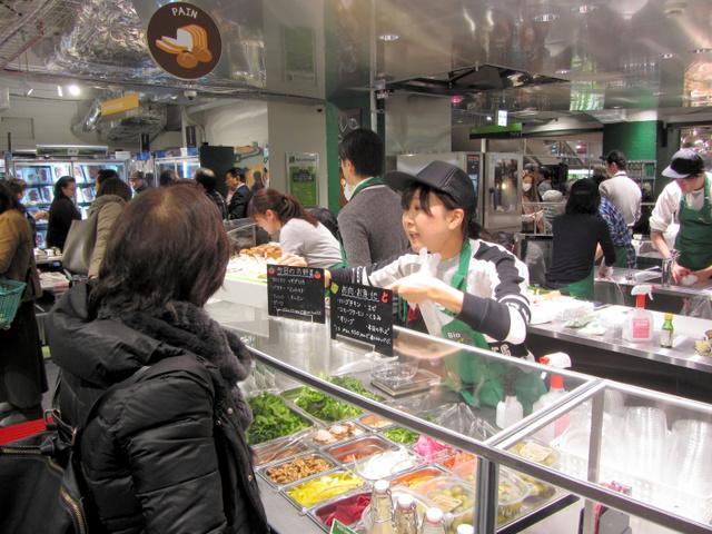 イオンが新たに始めた有機食材専門店ビオセボンの麻布十番店。店内で調理した総菜も売られる=東京都港区