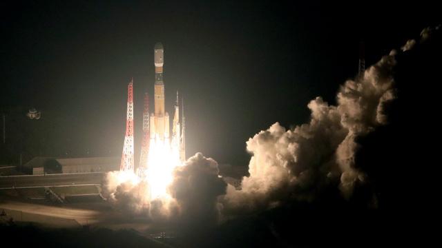 上昇するH2Bロケット6号機=9日午後10時26分、鹿児島県南種子町の種子島宇宙センター、本社機から、金子淳撮影
