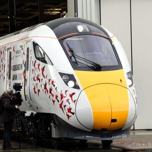 千羽鶴が描かれた第1号車両が完成 日立の英国鉄道工場
