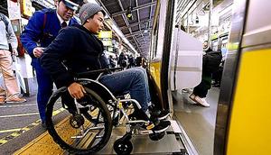 車いすで電車に乗る鈴木章大さん