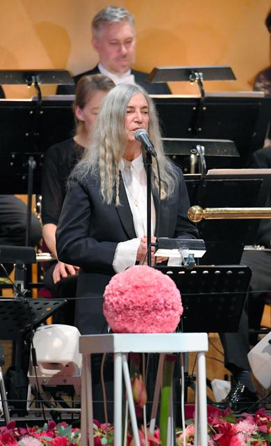 ノーベル賞の授賞式で、文学賞のボブ・ディラン氏の名曲「はげしい雨が降る」を歌うパティ・スミスさん=10日、ストックホルム、代表撮影