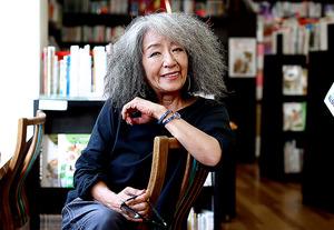 座って読めるクレヨンハウスは落合恵子さんの出発点。「子どもの本を狭くとらえず『子どもの今』、そして『大人の今』の合わせ鏡と考えたい」=東京都港区北青山、石野明子撮影