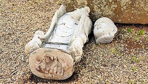 頭がとれた墓地の地蔵=5日、福島県須賀川市
