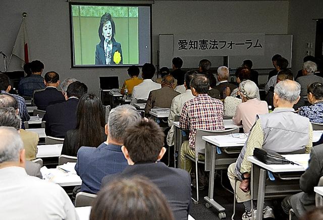 日本会議が主導する「美しい日本の憲法をつくる国民の会」などが東京で開いたフォーラムは各地で中継された。名古屋市で、ジャーナリストの櫻井よしこの講演を視聴する参加者=5月3日