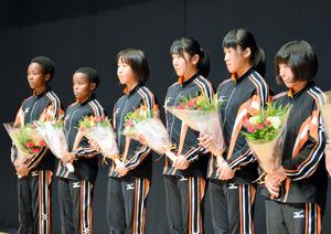 壮行会で花束を手にする新潟産大付の女子選手6人=柏崎市文化会館