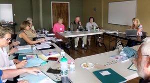 家族介護者同盟が開いた勉強会。認知症の人の介護者たちが集まり、日ごろの対応方法などを学ぶ=米カリフォルニア州
