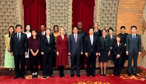 夕食会を前に、安倍晋三首相(前列中央)と記念写真に納まる国際女性会議「WAW!2016」の参加者ら。首相の左はインスタグラムのマーニー・レヴィーン最高執行責任者=12日午後、首相公邸、代表撮影