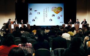 子どもの命を守るため、社会ができることを話し合ったシンポジウム=10日午後、東京・築地の浜離宮朝日ホール、飯塚晋一撮影