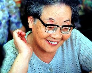 松柳須磨子さん。黒豆を煮るのが上手な穏やかな女性だった=1992年、遺族提供
