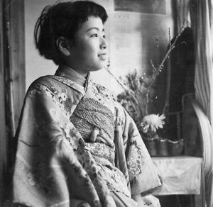 小学校2年生の落合恵子さん。上京後、母と暮らす日々のなかで「差別とは何か」を学んだ=本人提供