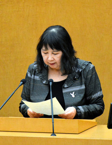 発言の一部を取り消すことを市議会で述べる小川議員=鹿児島市