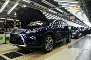 日銀の12月短観では、海外経済の拡大などで、輸出が多い自動車業界などの業況判断が改善した=6月、福岡県内のトヨタ自動車九州の工場