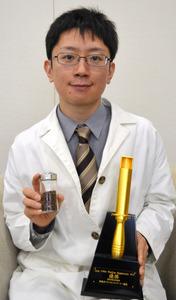 コーヒー豆を手にする近藤啓さん=平塚市役所