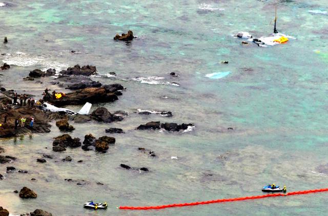オスプレイの機体が散らばる海岸付近=14日午後3時15分、沖縄県名護市安部、朝日新聞社機から、時津剛撮影