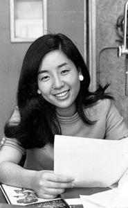 文化放送アナウンサー時代、深夜のラジオ番組でDJをしていたころの落合恵子さん。「レモンちゃん」の愛称も、パーティーに出るのも大嫌いだった=本人提供