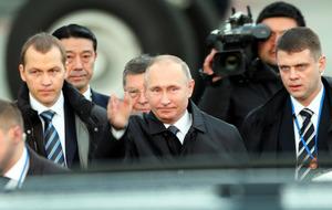 日ロ首脳会談に向け、山口宇部空港に到着したプーチン・ロシア大統領(中央)=15日午後5時2分、山口県宇部市、金子淳撮影