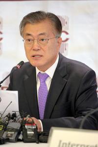 記者会見する韓国最大野党「共に民主党」の文在寅前代表=15日午後、ソウル、東岡徹撮影