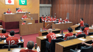 J1鹿島アントラーズを応援しようと、赤の特製Tシャツを着て審議する市議会=鹿嶋市議会
