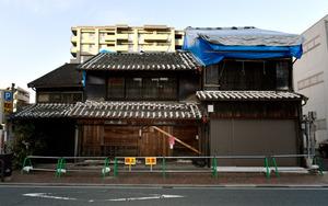 築130年の町屋、森本襖表具材料店。近く解体を申請する予定だ=2日、熊本市中央区、福岡亜純撮影