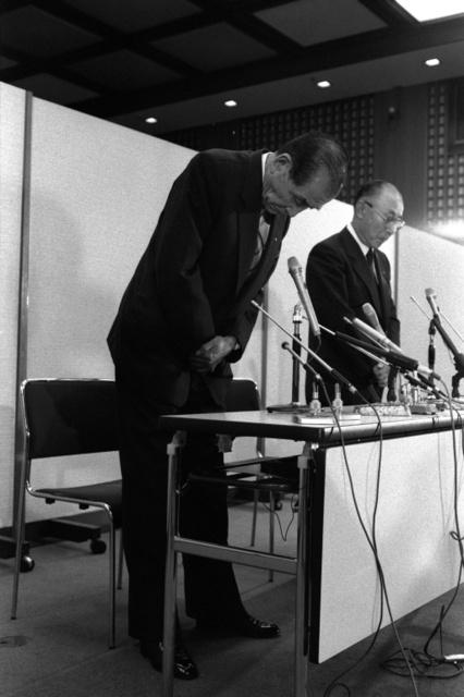 記者会見で辞任を表明した住友銀行の磯田一郎会長(左)=1990年10月7日