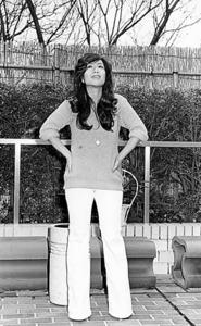 小説を書き始めたころの落合恵子さん。同じ女性たちが屈辱感を味わっている姿に黙っていられず、それが執筆のテーマになった=本人提供