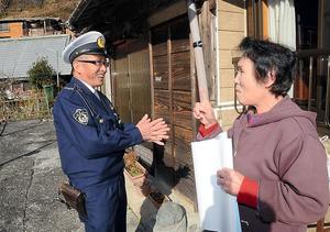 一人暮らしのお年寄りを訪ね、談笑する前田清志警部補=東京都奥多摩町日原