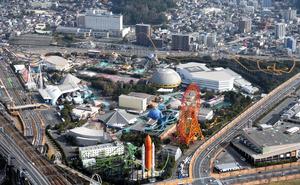 来年末での閉園を発表したテーマパーク「スペースワールド」=2013年1月、北九州市八幡東区、朝日新聞社ヘリから、藤脇正真撮影