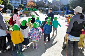 古沢公園に遊びにやってきた保育所の子どもたち。多くの子どもたちでにぎわっていた=名古屋市中区