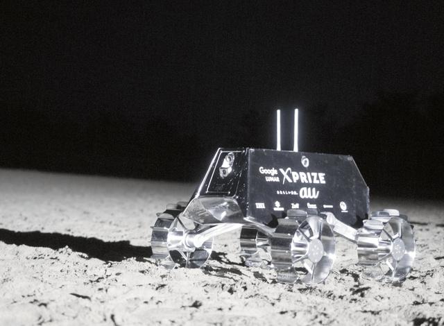 月面に見立てた砂丘で走行試験をする探査車。ispaceが運営するプロジェクト「HAKUTO」では、月面を走らせる探査車を開発している=HAKUTO提供