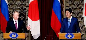 共同記者会見に臨む安倍晋三首相(右)とロシアのプーチン大統領=16日午後3時55分、首相公邸、越田省吾撮影