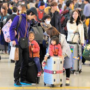 年末年始を海外で過ごす人たちで混雑する関西空港=昨年12月26日