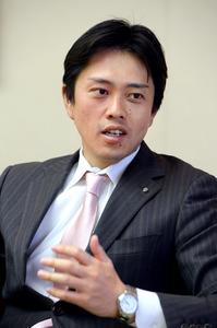 記者の質問に答える吉村洋文大阪市長=9日午後、大阪市役所