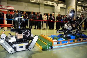 がれきの上を走ることができる小型無線ロボットのデモンストレーション=美浜町久々子