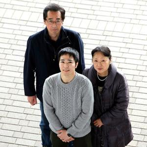 父母の姓が違う上野祐樹さん(中央)は、「違和感は、まったくないです」=11月26日、東京都世田谷区、林紗記撮影