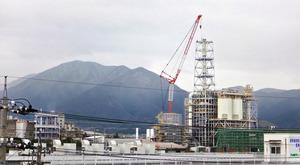 バイオマス発電所と野坂山=12月15日、筆者撮影