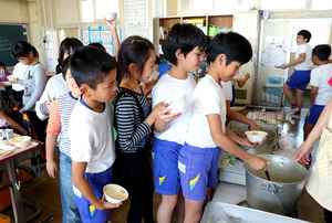 給食の時間、「肉団子のポトフ風」をおかわりしようと列を作る子どもたち=栃木県大田原市の西原小学校、林敏行撮影