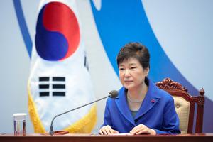 ソウルの大統領府(青瓦台)で9日午後、国会の弾劾(だんがい)議決を受け、閣僚たちとの懇談会に臨んだ朴槿恵大統領=韓国大統領府提供