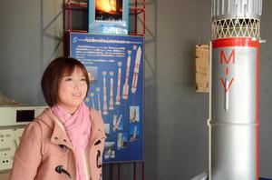 町の施設内にあるロケット開発史の展示コーナーで、宇宙への思いを語る加藤美和子さん=鹿児島県肝付町