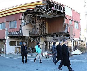 被災した福島県富岡町を視察する司教ら=14年12月、「カトリック新聞」提供