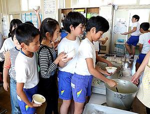 給食をおかわりしようと列を作る子どもたち=栃木県大田原市の西原小学校、林敏行撮影