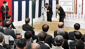 安全祈願・起工式に出席した関係者ら=19日午前、名古屋市中村区、戸村登撮影